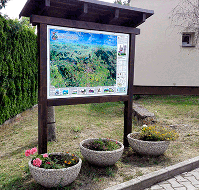 Exteriérová tabule s malovanou mapou v obci Čepí