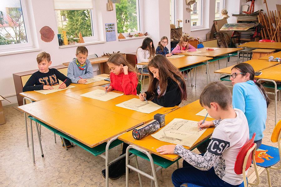 Děti malují malby do prezentací v ručně malované cyklomapě