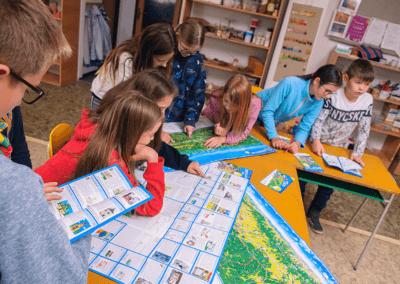 Děti si prohlíží výsledné malované cyklomapy
